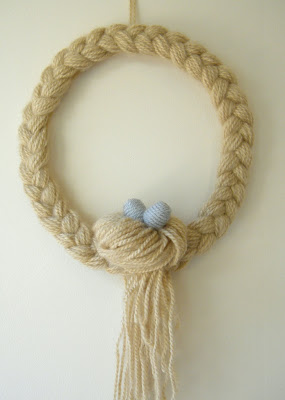 Braid and Bun Yarn Wreath. Click for 40 more #DIY #Wreath Ideas