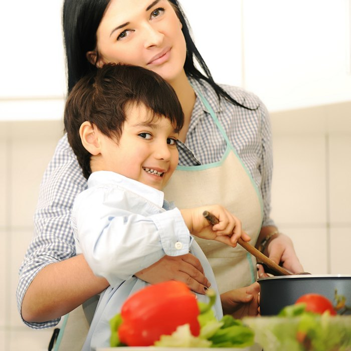 mother-and-children-prepare-a-mealmealtime-together