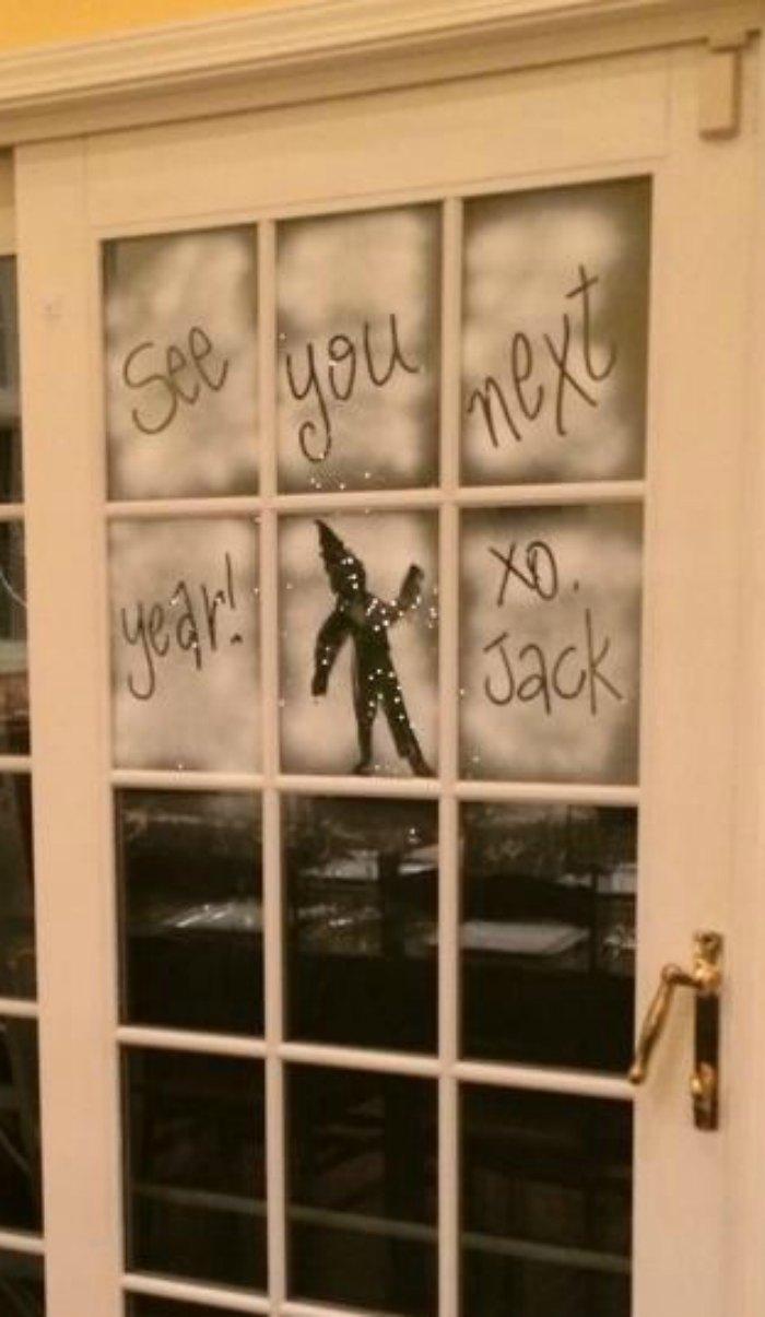 Elf Goodbye - Writing in snow on the windows | Mommy Evolution #elfontheshelfideas #elfontheshelf